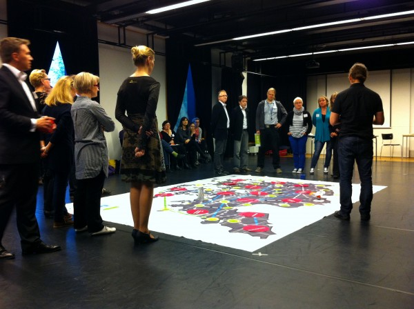 Pelifasilitaattori Jori Pitkänen ohjaa Vyyhtipeliä Keväänvihreä askel yrittäjyyteen -tapahtumassa.