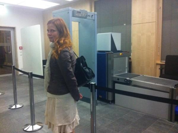 """Sanna joutui turvatarkastukseen matkalla """"taviksilta"""" suljettuihin paikkoihin. Kuva: Susanna Snellman"""