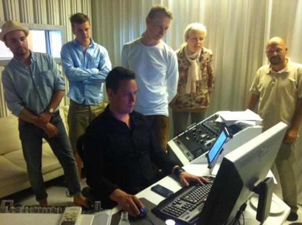 Innostunut Vyyhti-henkilöstö tutustuu äänittämön välineisiin ja toimintaan.