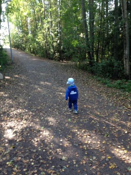 Hyvinvointiin mallia pienen pojan askelista. Kuva: Sanna Ristaniemi