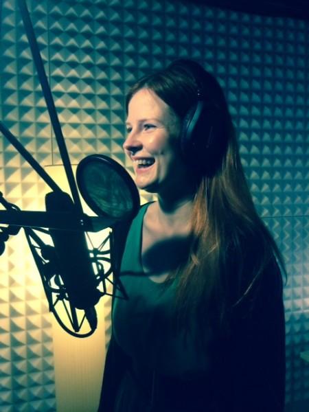 Sanna äänityksissä Silencion studiolla. Kuva: Susanna Snellman.