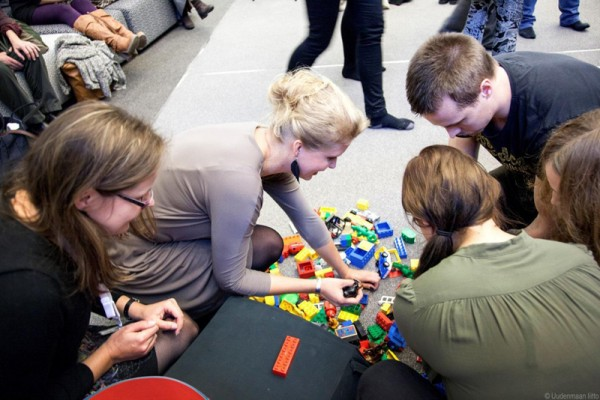 Kuva 11: Vyyhtipelin pelinappuloiden rakentamista Verkostot ja rajaton yrittäjyys -seminaarissa marraskuussa 2013. Pelaajina Liisa Seppänen, Laura Pyrrö ja muusikko Pistepiste. (Kuva: Tuula Palaste-Eerola)
