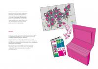Kuva 9: Vyyhtipelille suunniteltu kuljetuslaatikko ja pelin mukana matkaava slämäri-vihko, joka kerää pelaajien kommentteja ja kokemuksia muiden luettavaksi.